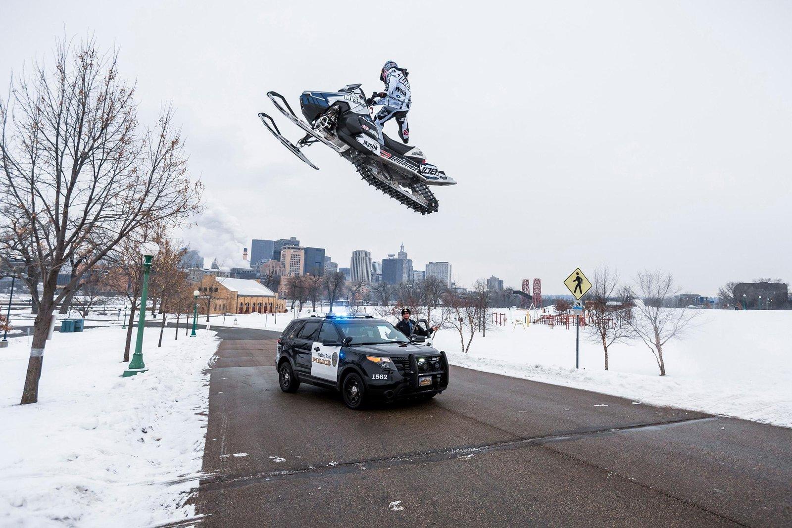 Осторожно: снегоходы в городе!